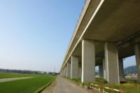 コンクリートの劣化を、移動しながら非接触で検査する技術